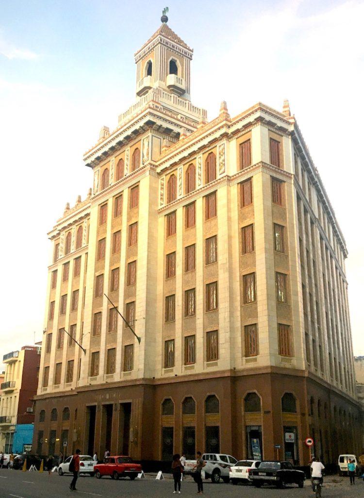 Budynek Bacardi wHawanie znietoperzem naszczycie